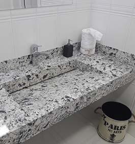Кварцевая столешница для ванной комнаты